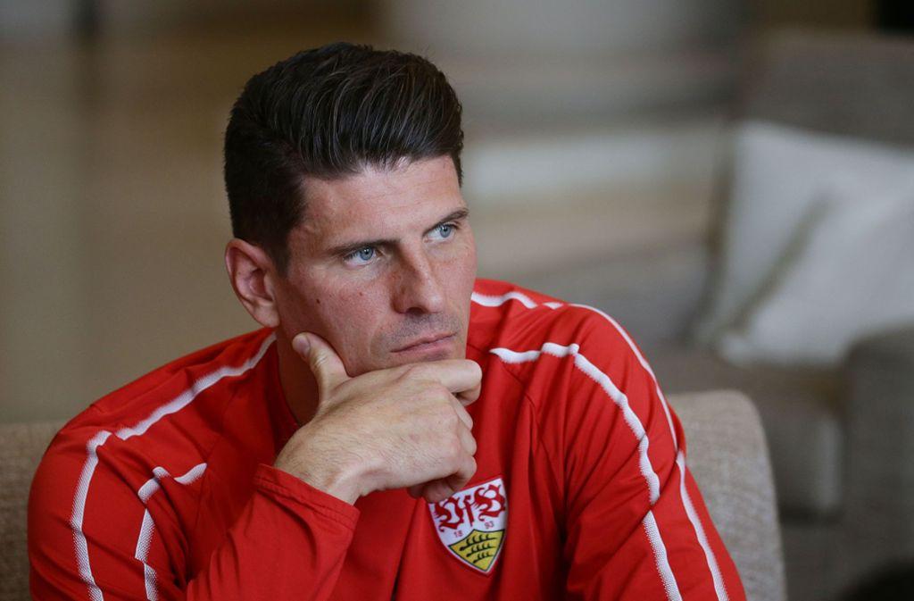 """Mario Gomez vom VfB Stuttgart ist guter Dinge: """"Wir werden nicht absteigen!"""" Foto: Pressefoto Baumann"""