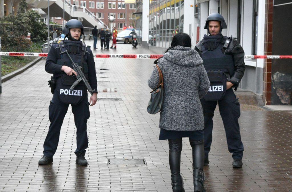 Der Rathausplatz wurde von der Polizei abgesperrt. Foto: dpa