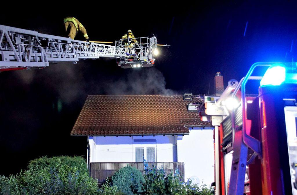 Einsatzkräfte der Feuerwehr löschen einen Dachstuhlbrand nach einem Blitzeinschlag in Aichwald-Aichschiess. Foto: SDMG