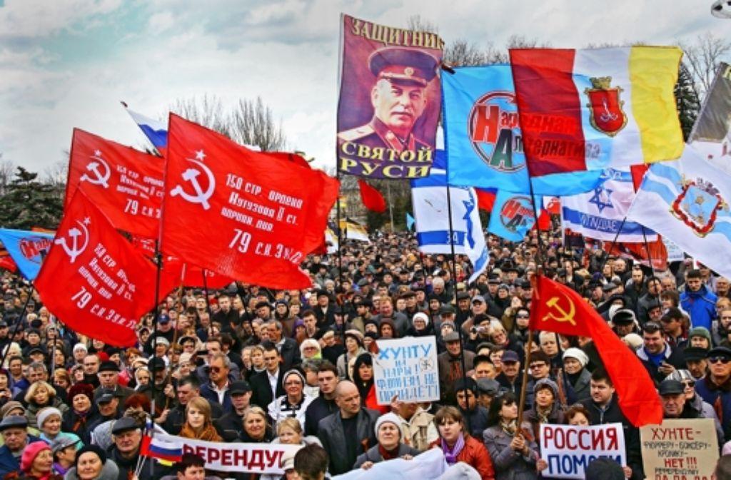 Deutlicher geht es kaum: die  pro-russischen Demonstranten in Odessa hissen rote Hammer-und-Sichel-Flaggen  und provozieren mit einem Stalin-Porträt. Foto: AFP
