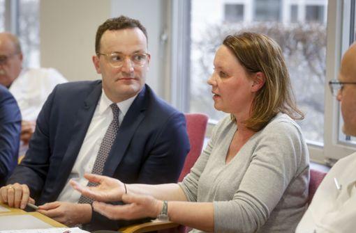 Gesundheitsminister trifft Krankenpflegerin