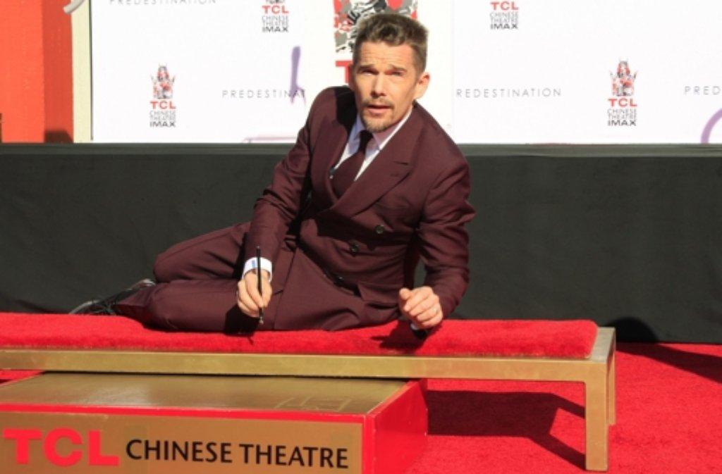 Schauspieler Ethan Hake hat sich vor dem legendären Chinese Theatre in Los Angeles mit seinen Hand- und Fußabdrücken verewigt. Foto: EPA