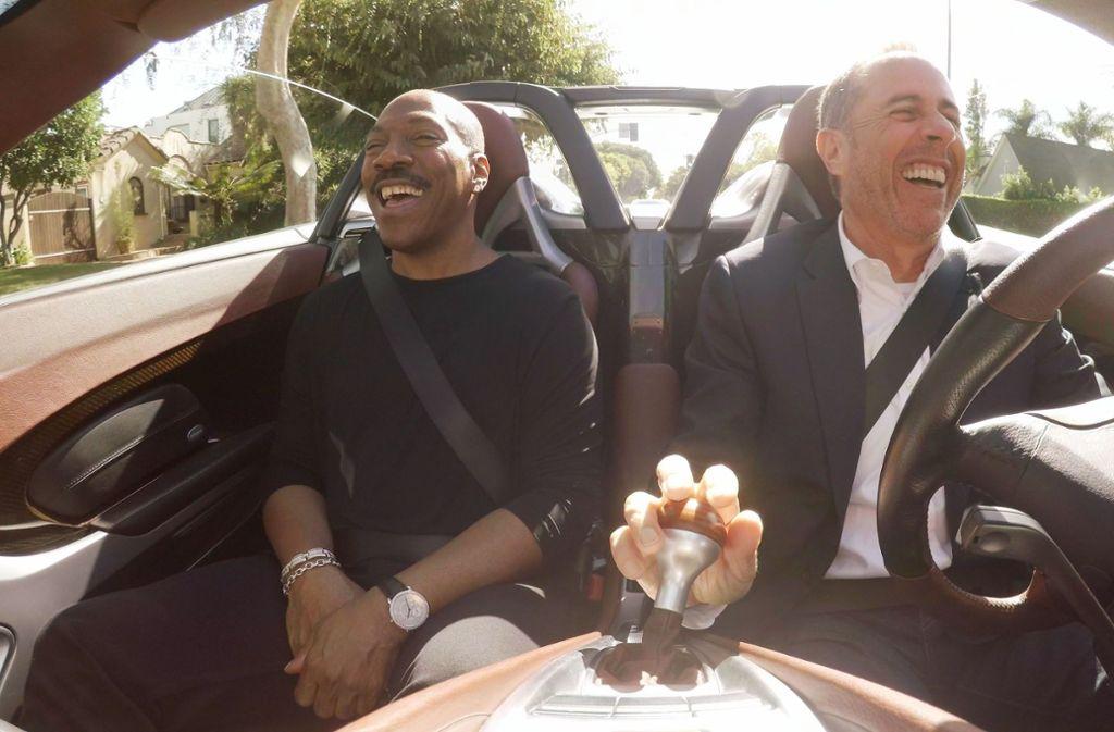 Jerry Seinfeld (re.) plaudert mit Eddie Murphy in einem Auto für den gehobenen PS-Bedarf: einem Porsche Carrera GT. Foto:Netflix Foto:
