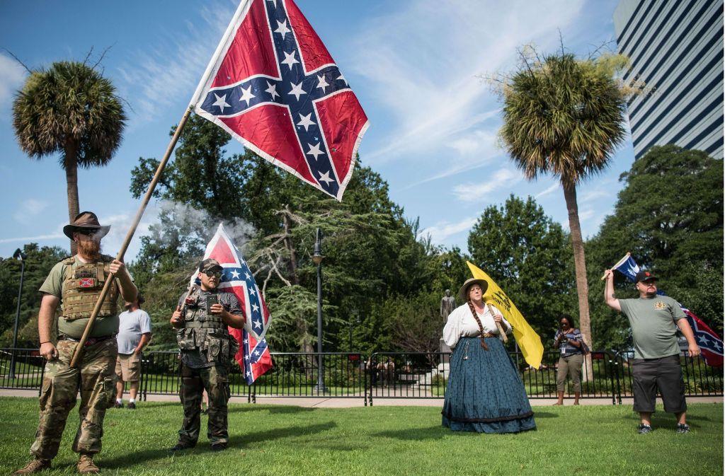 """Wird das die Klientel der geplanten Serie """"Confederate"""" – weiße Südstaatler, die für das Hissen der für das Hissen der Konföderierten-Flagge über öffentlichen Gebäuden demonstrieren Foto: AFP"""