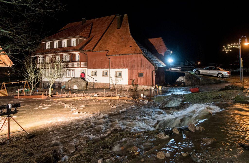 In Menzenschwand schießt in der Nacht das Wasser der Alb, einem Rheinzufluss in Südschwarzwald, über Straßen,  Wege und Hänge. Foto: dpa