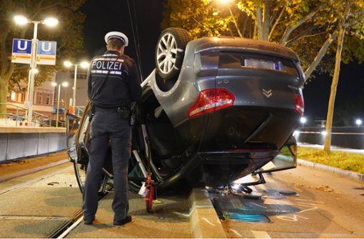 Betrunkener Fahrer kracht gegen Baum – Auto überschlägt sich