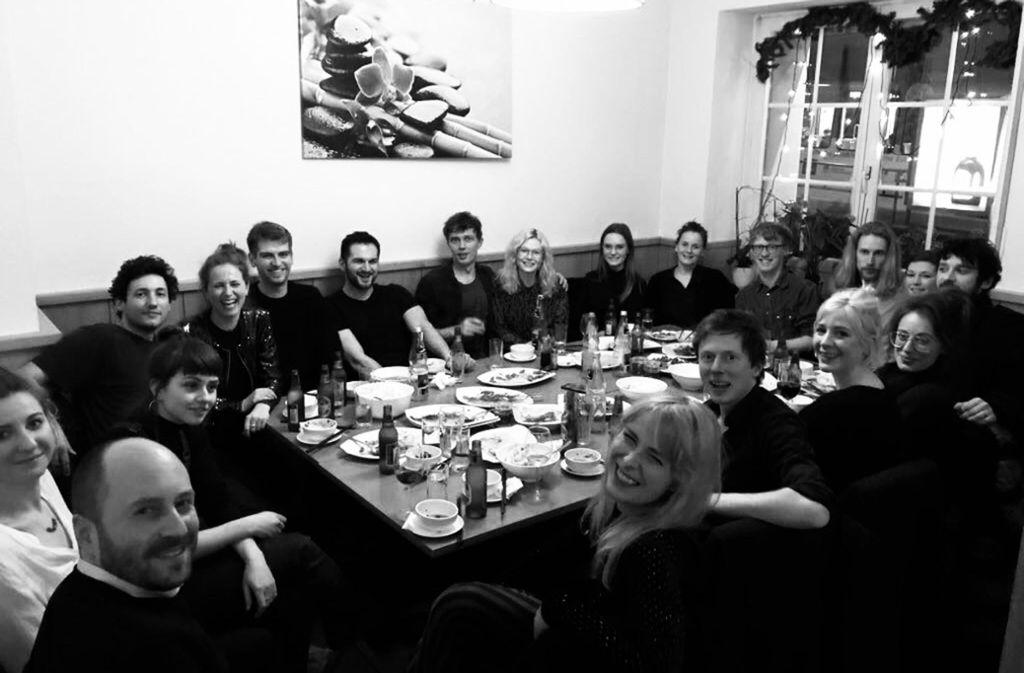 Familienportrait: die Macher der Galerie Kernweine, Tino Kraft (vorne li.), Oliver Kröning (5. v. li. hinten), Dennis Orel (3. v. re. vorne) und Mick Orel (unter dem Tisch), im Kreise ihres Teams. Foto: privat