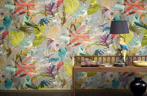 """Dschungelmuster liegen bei Tapeten im Trend: Wie gut wild und harmonisch zusammengehen, zeigt die Vliestapete """"Paradiso Wall"""" von Zimmer & Rohde."""