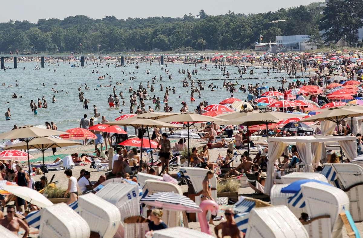 Viele Urlauber suchen am Timmendorfer Strand nach Abkühlung. Foto: dpa/Bodo Marks