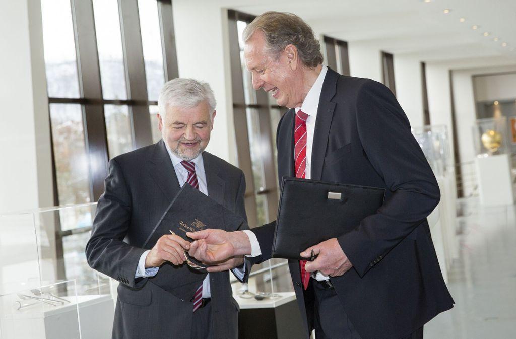 Jetzt ist es offiziell: Das historische Warenarchiv der WMF steht unter Denkmalschutz. Volker Lixfeld, CEO des schwäbischen Traditionsunternehmens, nimmt die Urkunde von Regierungspräsident Wolfgang Reimer entgegen (von rechts). Foto: Ines Rudel