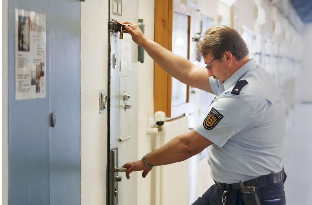 Allein mit 45 Gefangenen – viele Mitarbeiter fühlen sich unter Druck. Foto: dpa