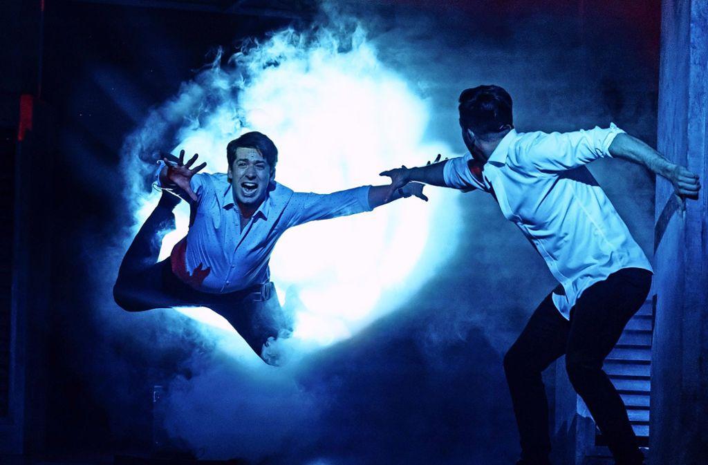 "Szene aus dem Musical ""Ghost"" (mit Thomas Hohler, links). Foto: Stage Entertainment/Manuel Harlan"