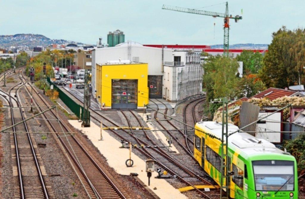 Das Haus eines Anwohners (rechter Bildrand) ist unmittelbar neben den Gleisen der Strohgäubahn und der Werkstatt. Foto: factum/Archiv