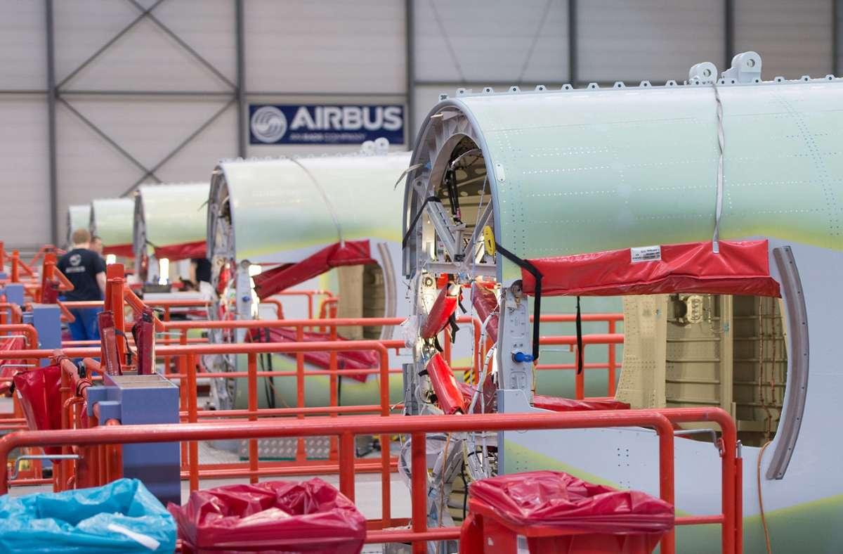 In einer Produktionshalle liegen Rumpfteile von Flugzeugen der Airbus A320-Familie zu Montage bereit. Der Flugzeugbauer Airbus will wegen der Luftfahrt-Krise weltweit 15 000 Stellen streichen. Foto: dpa/Lukas Schulze