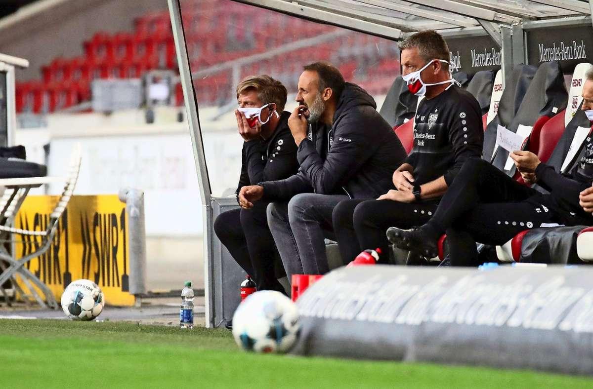 Auf der  Bank  muss Co-Trainer    Rainer Widmayer (Dritter von links)     eine Maske tragen. Foto: Pressefoto Rudel/Robin Rudel