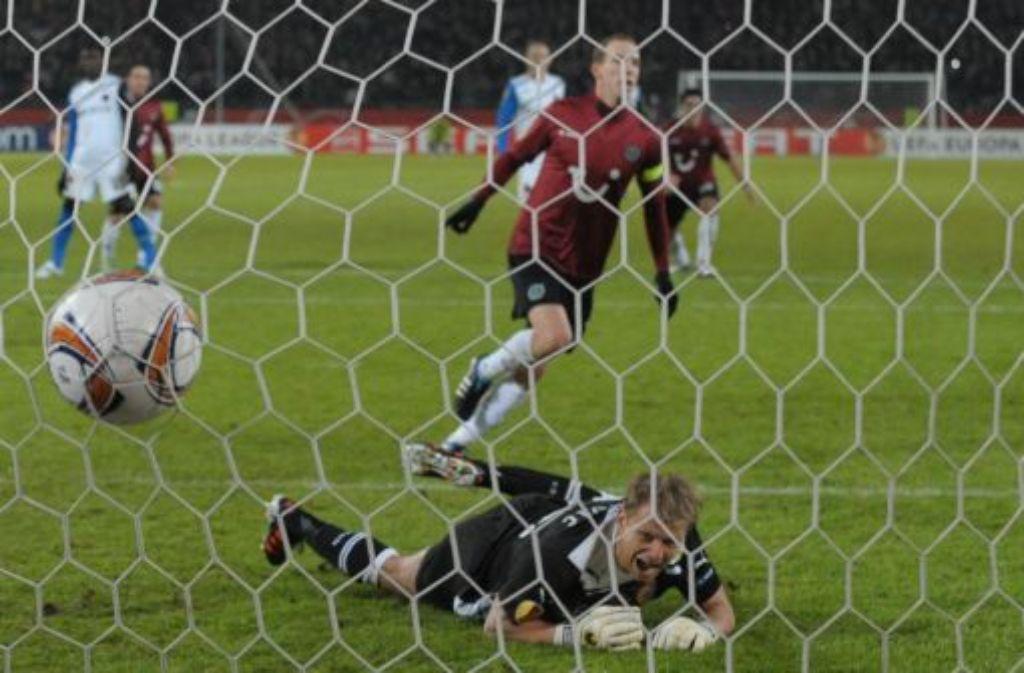 Der Lupfer ins Glück: Jan Schlaudraff trifft zum 2:1 für Hannover. Foto: dpa