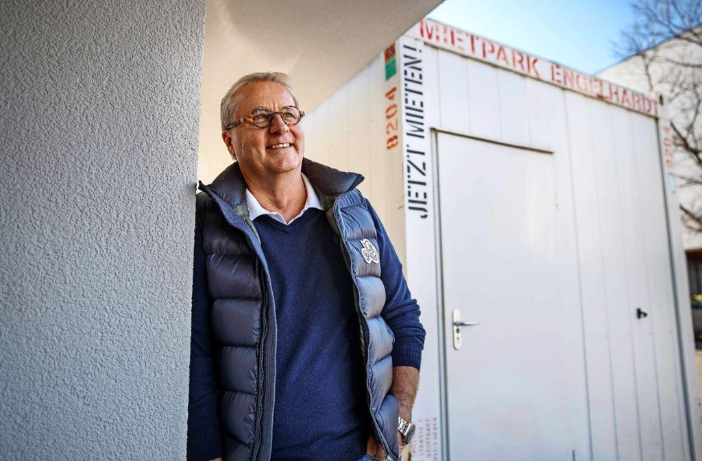 Christoph Kommerell vor seiner bisherigen Praxis. Im  Container nehmen seine Nachfolger Abstriche für Corona-Tests. Foto: Stoppel