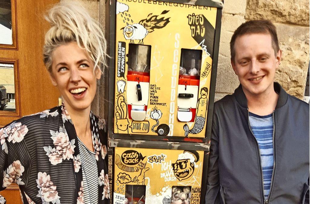 Anna Ruza, Stoff Büttner (Mitte) und Dorian Langer vor ihrem Automaten. Foto: Wesely