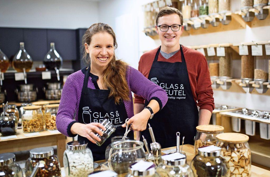 Rena Junginger und Michael Medla vom Genossenschafts-Team wollen den Laden Glas & Beutel langfristig betreiben. Foto: Ines Rudel