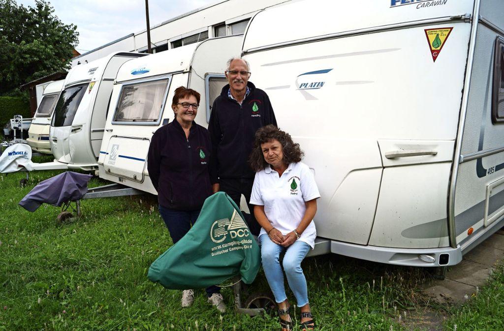 Martha Ruess, Johann Georg Ruess und Petra Haas (von links)  in Bernhausen, umringt von den Camperwagen des Vereins. Foto: Fritzsche