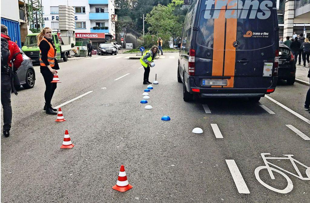 Die Aktion  mit den Pylonen   macht deutlich, wann es im Rad-Alltag   brenzlig   wird.   Falschparker  lösen Gefahrensituationen aus. Foto: Haar