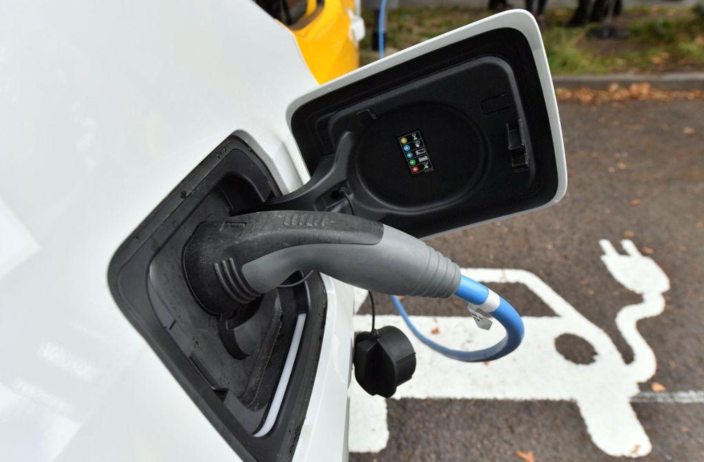 Viele Autokäufer haben Angst mit einer leeren Batterie liegenzubleiben. Deshalb kaufen sie kein E-Auto. Foto: dpa