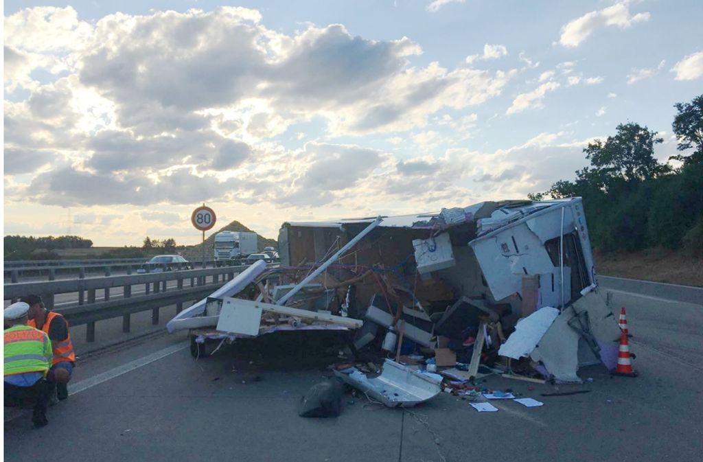 Völlig demoliert bleib der Wohnwagen auf der Autobahn 8 liegen. Foto: SDMG