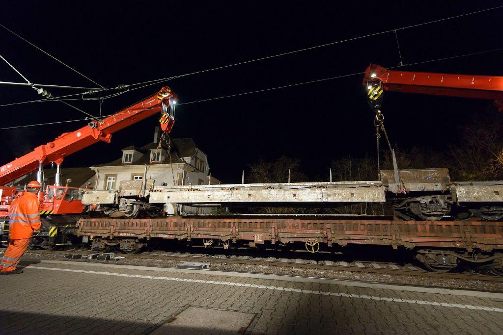 Nach dem Waggon-Unglück in Feuerbach sind die Bergungsarbeiten abgeschlossen - die beiden 75-Tonnen-Schienenkräne hatten die Waggons am Sonntagnachmittag von der Unglücksstelle entfernt. Foto: www.7aktuell.de/Oskar Eyb