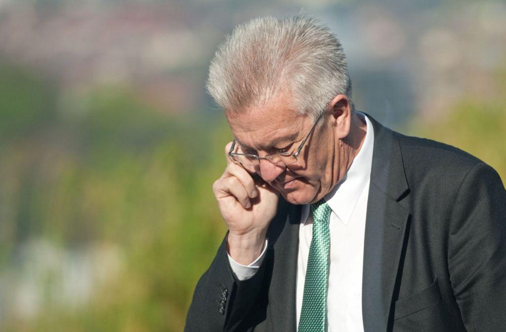 """""""Hallo?"""" – """"Hallo?"""" Ministerpräsident Winfried Kretschmann hat unterwegs immer wieder mit Funklächern zu kämpfen. Foto: dpa"""