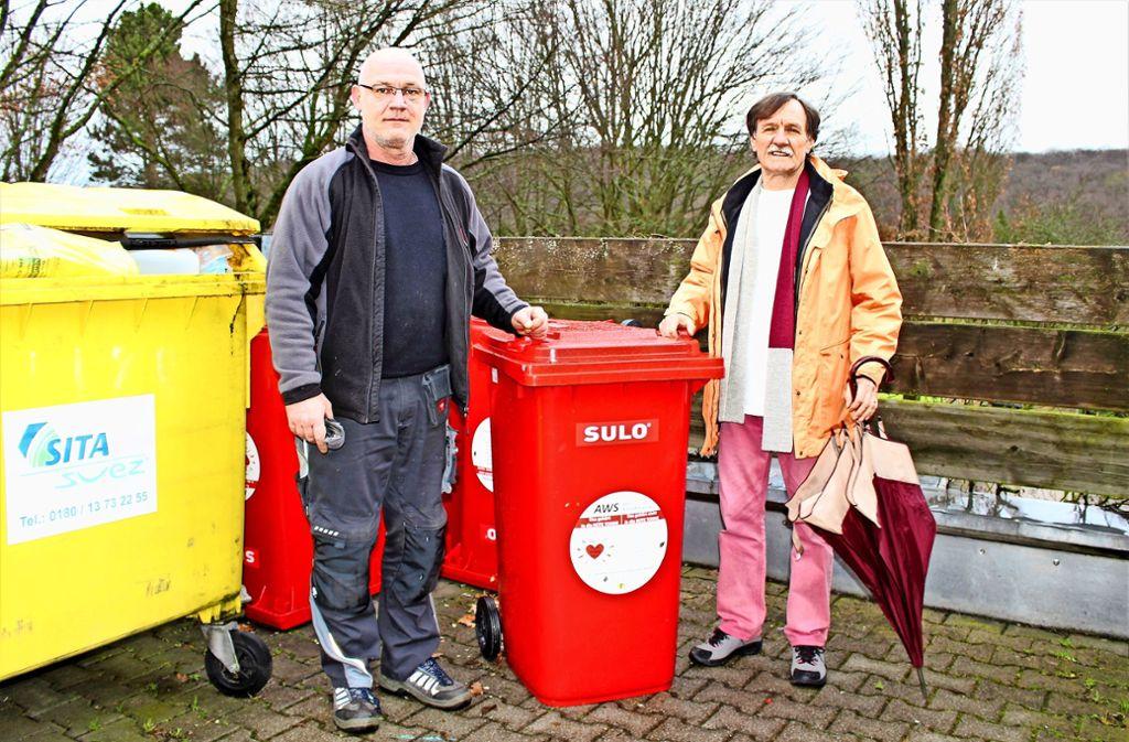 Hausmeister Marcus Kretzschmar (links) und Bewohner Josef Joos ärgern sich über die Dreistigkeit der Betrüger. Foto: Caroline Holowiecki