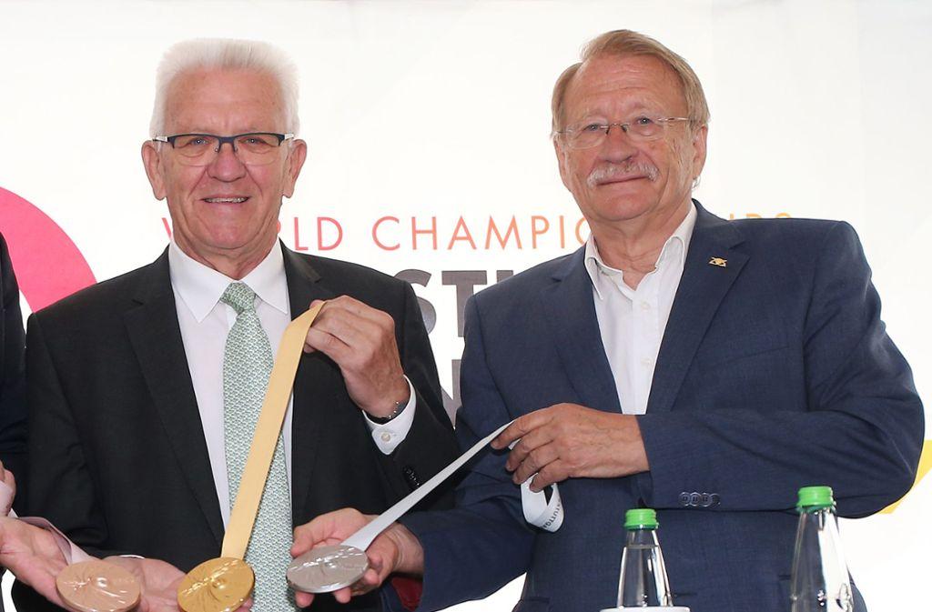 Wolfgang Drexler, der Präsident des Schwäbischen  Turnerbunds (re.),  neben Ministerpräsident Winfried Kretschmann bei der Präsentation der Medaillen der Turn-WM. Foto: Baumann