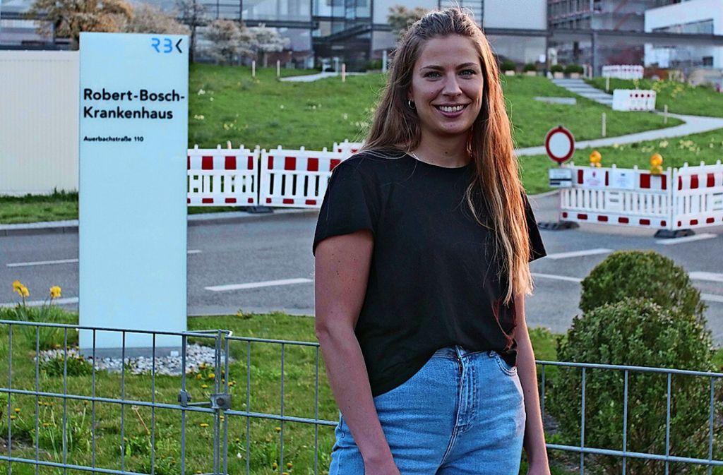 Kathi Kimmich vor dem Krankenhaus in Bad Cannstatt. Foto: Laura Hornberger