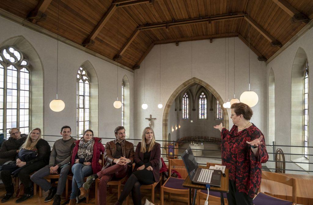 Gerlinde Feine gibt wertvolle Tipps für die Trauung. Foto: factum/Weise