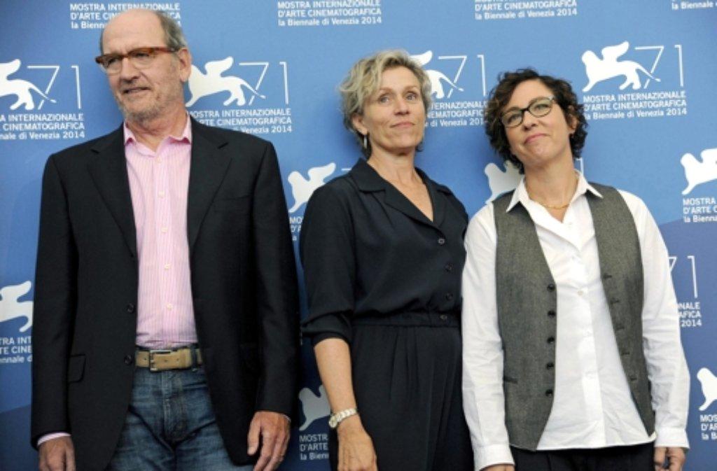 Von links: Richard Jenkins, Frances McDormand und Lisa Cholodenko beim Filmfestival in Venedig. Oscar-Gewinnerin McDormand stellt beim Festival eine neue TV-Serie vor.  Foto: ANSA