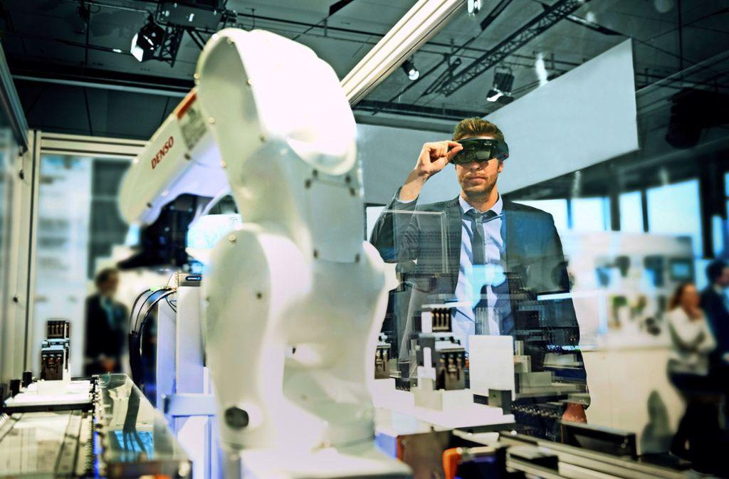 Zum Siemens-Angebot für die digitalisierte Fabrik gehört eine Lösung, mit der ein Maschinenbauer zur Behebung einer Störung via  Brille einen Servicetechniker hinzuzieht. Foto: