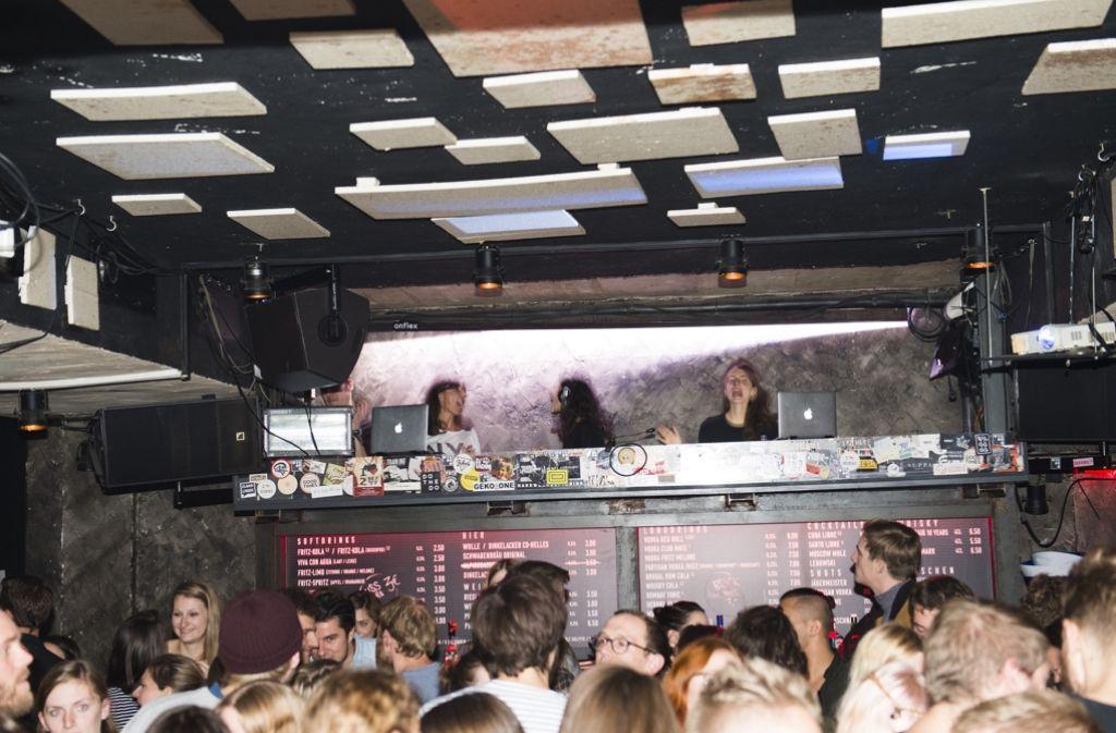 Haben Spaß bei der Arbeit: Journalistin und DJ Christiane Falk sowie Sonja Glass und Valeska Steiner von der Band Boy (v.l.n.r.) bei der Stadtkind-After-Show-Party des New Fall Festivals im Club Freund und Kupferstecher. Foto: Reiner Pfisterer