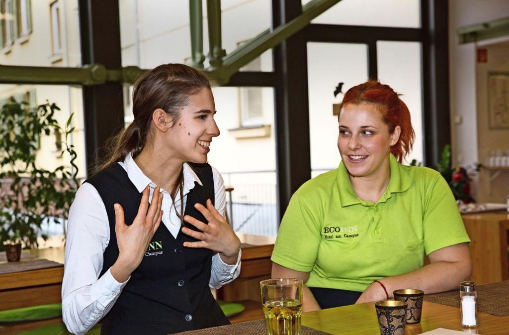 Ana  (links) und Julieta haben ihre Heimatländer verlassen, um in Deutschland eine  Ausbildung im Hotelgewerbe zu machen Foto:
