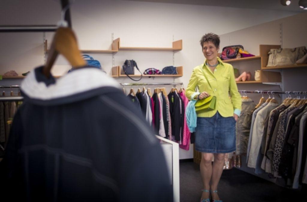 Petra Reichelt gehört zu den Gründern der Boutique PragA, in der Ehrenamtliche und Langzeitarbeitslose gemeinsam alten Textilien neuen Schliff geben Foto: Lichtgut/Max Kovalenko