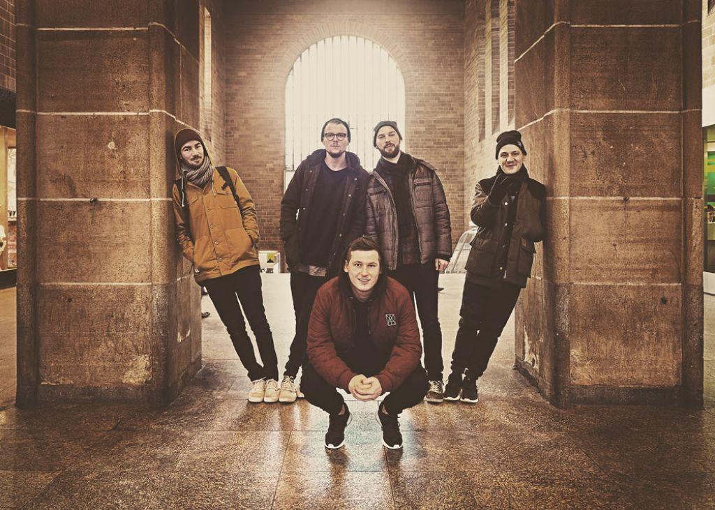 """wirscheissengold-Crew v. li. nach re.: Dominik """"Drum Quixote"""" Schatz (Produzent), Jan Wittekindt (Film), Alexander """"Sickless"""" Föll (Rap/Gründer), Marius Wimmler (PR) und Christoph """"Marz"""" Schwarz (Rap/Grafik). Foto: Fotonoid"""