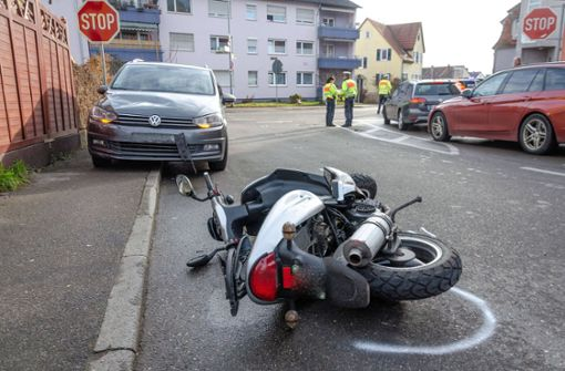 Rollerfahrer wird von Auto erfasst