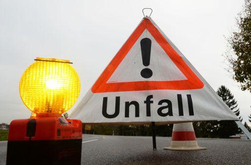 Lkw verliert Bauschutt – Auto stark beschädigt