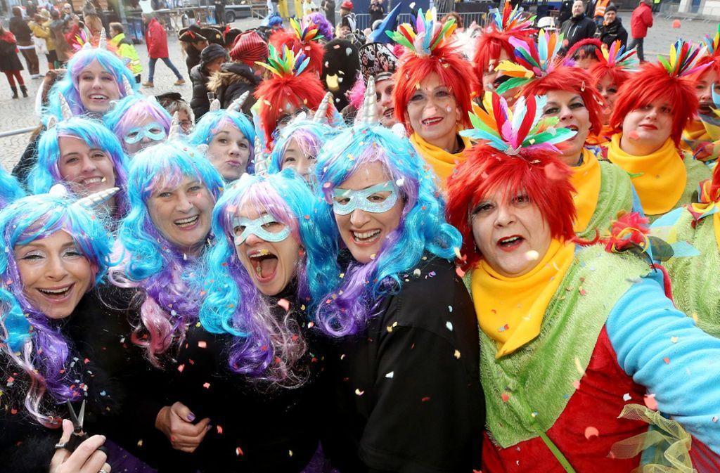 Weiberfasnacht in Düsseldorf: Diese Damen haben sich bei der Kostümauswahl abgesprochen. Foto: dpa