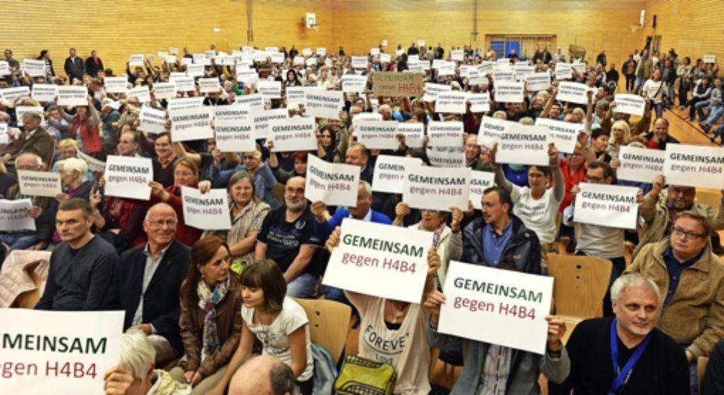"""Sie sind viele und sie sind  ziemlich wütend: In Eglosheim hat sich das Bündnis """"Gemeinsam gegen H4B4"""" formiert. Foto: Kuhnle"""