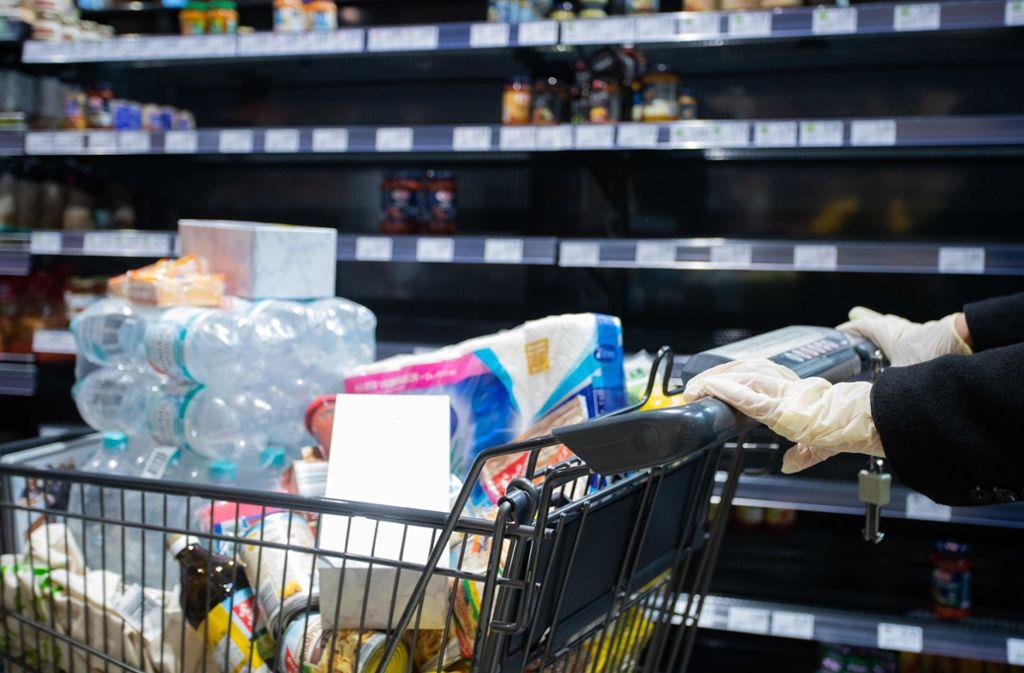 Hamsterkäufe haben manche Regale in den Supermärkten leer gefegt. (Symbolbild) Foto: dpa/Tom Weller