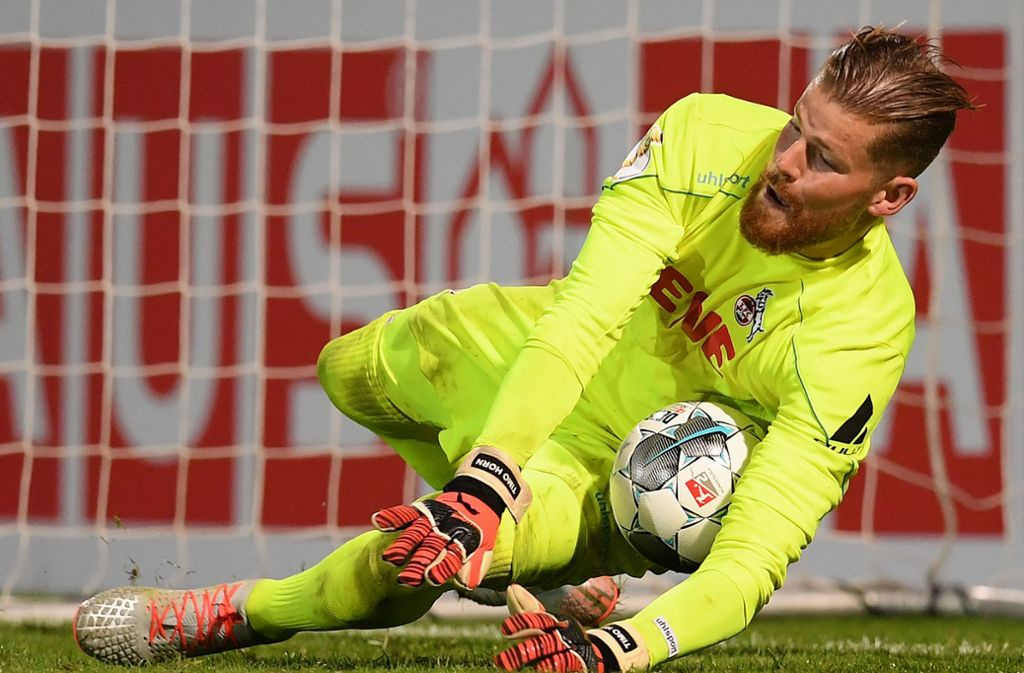 Timo Horn hält einen Elfmeter gegen den SV Wehen Wiesbaden. Foto: Bongarts/Getty Images