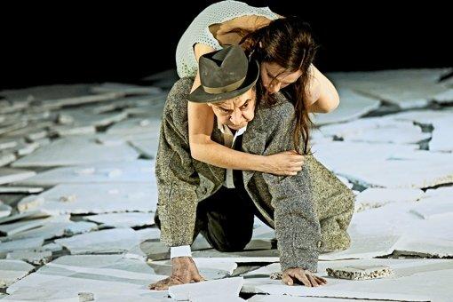 Wie bei   Orpheus  und Eurydike: der Maibom des André Jung trägt die Rieke der Fritzi Haberlandt auf dem Rücken. Foto: Thomas Aurin
