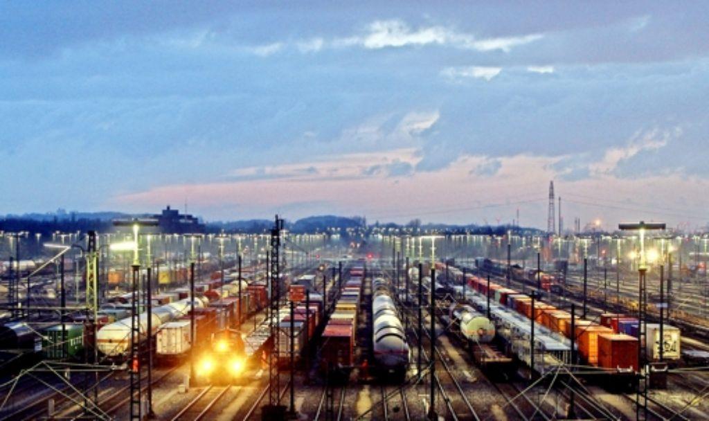 5000 der 31000 Arbeitsplätze im Güterverkehr könnten dem Sparkurs zum Opfer fallen, befürchten Arbeitnehmer. Foto: dpa