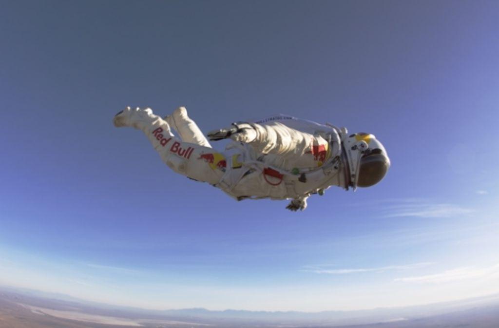 Felix Baumgartner fliegt der Erde entgegenFoto:dpa Foto: