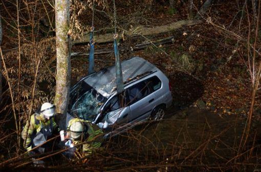 Autofahrer rutscht auf Fahrbahn aus und landet im Bach
