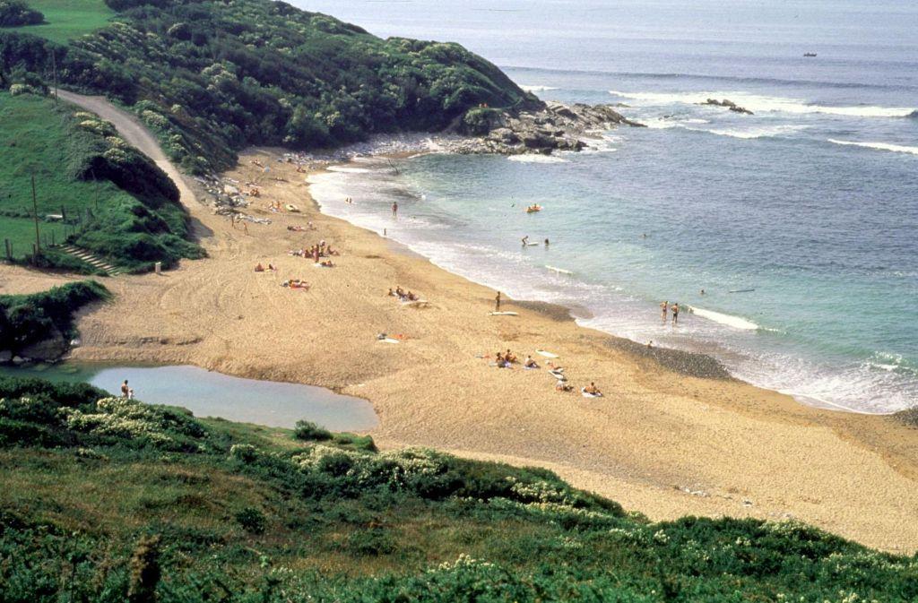 Die französischen Küsten sind nicht nur herrliche Urlaubsregionen, sondern taugen auch bestens als Kulissen für spannende Krimis. Foto: Archiv